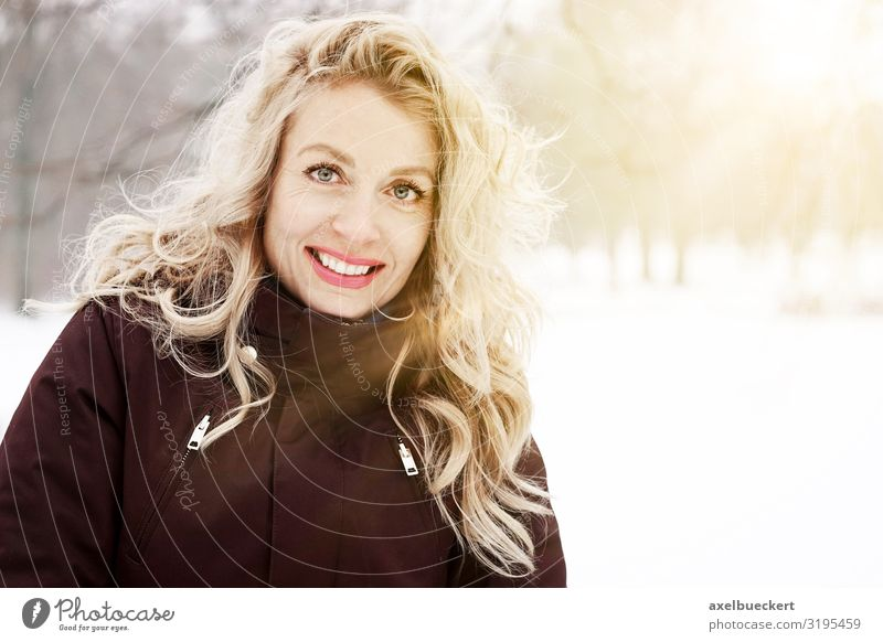 blonde Frau geniesst sonnigen Wintertag Lifestyle Freude Freizeit & Hobby Ferien & Urlaub & Reisen Ausflug Schnee Winterurlaub wandern Mensch feminin Erwachsene