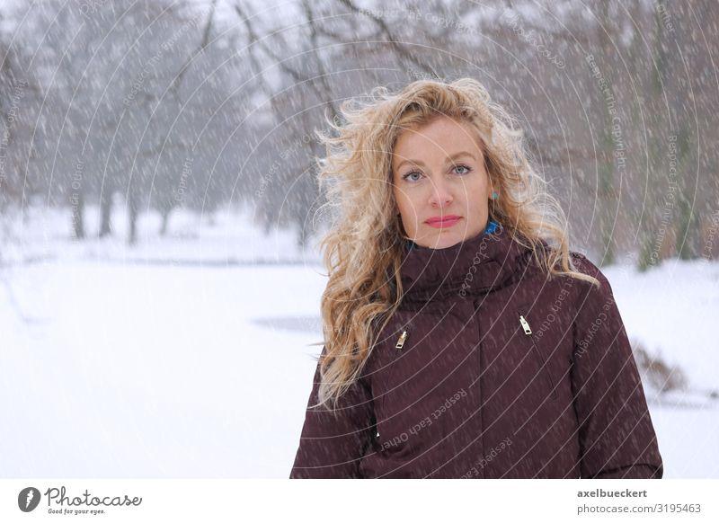 Frau bei starkem Schneefall im Park Lifestyle Freizeit & Hobby Ausflug Winter Winterurlaub Mensch Erwachsene 1 30-45 Jahre Natur Klima Klimawandel Wetter Eis