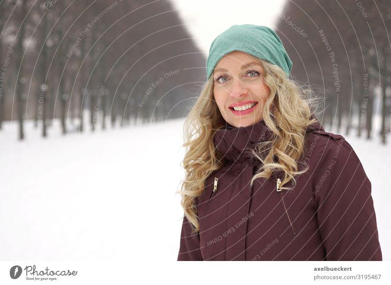Frau in verschneiter Herrenhäuser Allee in Hannover Lifestyle Freizeit & Hobby Ausflug Städtereise Mensch feminin Erwachsene 1 30-45 Jahre Natur Landschaft