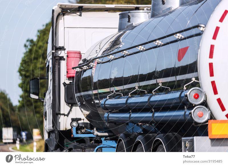 Benzintransport Verkehr Verkehrsmittel Verkehrswege Straße Autobahn Lastwagen ästhetisch Öltanker Farbfoto Außenaufnahme