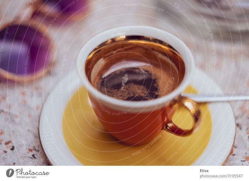 Espresso im Sommer Kaffeetrinken mehrfarbig gelb Lebensfreude genießen Ferien & Urlaub & Reisen Sonnenbrille Gute Laune sommerlich Fröhlichkeit Tasse Café Tisch