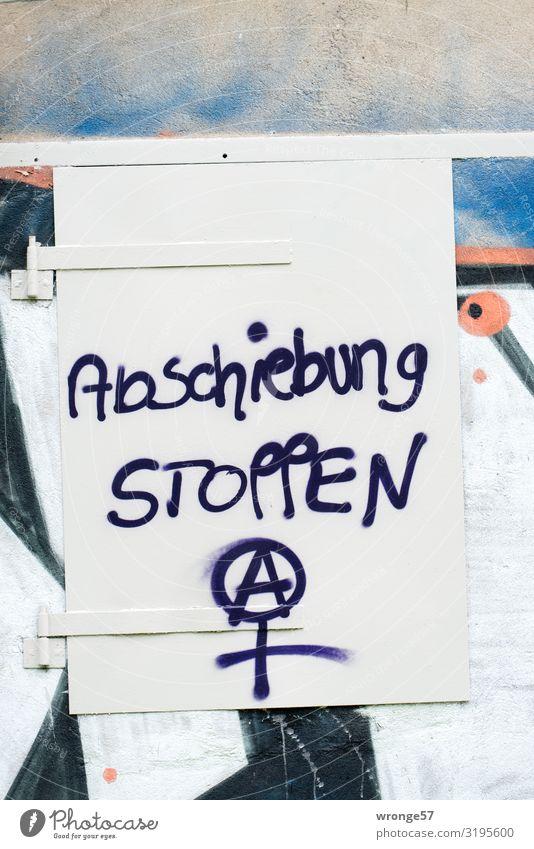 Dauerthema 2019 Graffiti sprechen Wand Mauer Menschengruppe Denken Schriftzeichen Hilfsbereitschaft Zeichen Hoffnung schreiben stoppen Mut Verzweiflung