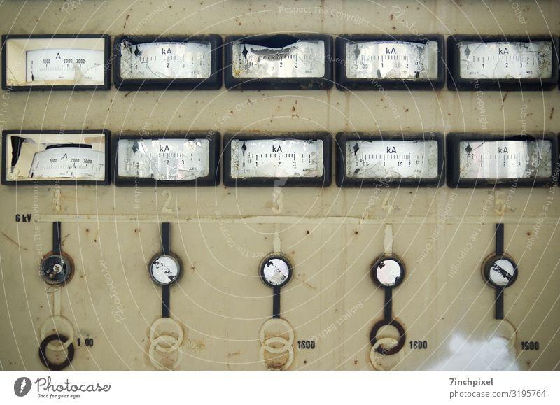 Ein später Conti Industrie Schaltpult Messinstrument Energiewirtschaft Industrieanlage Fabrik Metall Rost Endzeitstimmung Verfall Vergänglichkeit