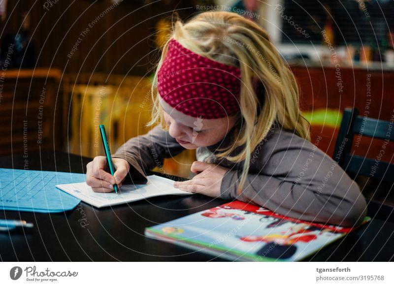 Kind am schreiben Kindererziehung Bildung Schule lernen Schüler Hausaufgabe feminin Mädchen Kindheit 1 Mensch 3-8 Jahre Schreibwaren Papier Zettel Schreibstift
