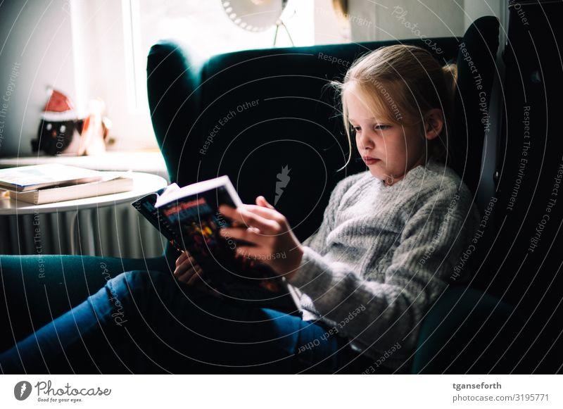 lesen Häusliches Leben Wohnung feminin Kind Mädchen Kindheit 1 Mensch 8-13 Jahre Jugendkultur Medien Printmedien Zeitung Zeitschrift Buch Comic Erholung Freude