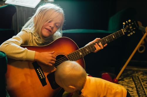 Bruder und Schwester Spielen Mensch maskulin feminin Kind Kleinkind Mädchen Junge Geschwister Familie & Verwandtschaft Kindheit 2 0-12 Monate Baby 3-8 Jahre