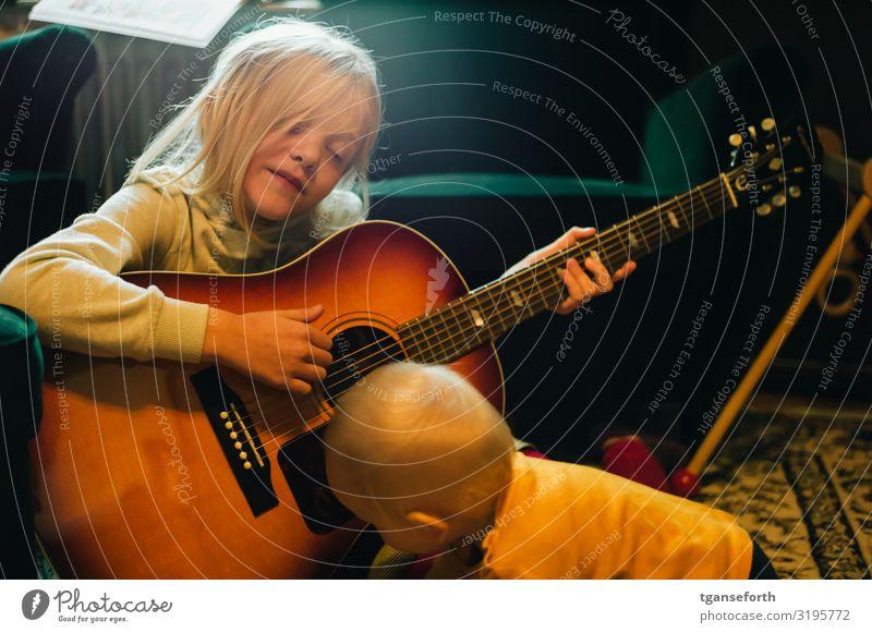 Schwester und Bruder spielen mit einer Gitarre Spielen Mensch maskulin feminin Kind Kleinkind Mädchen Junge Geschwister Familie & Verwandtschaft Kindheit 2