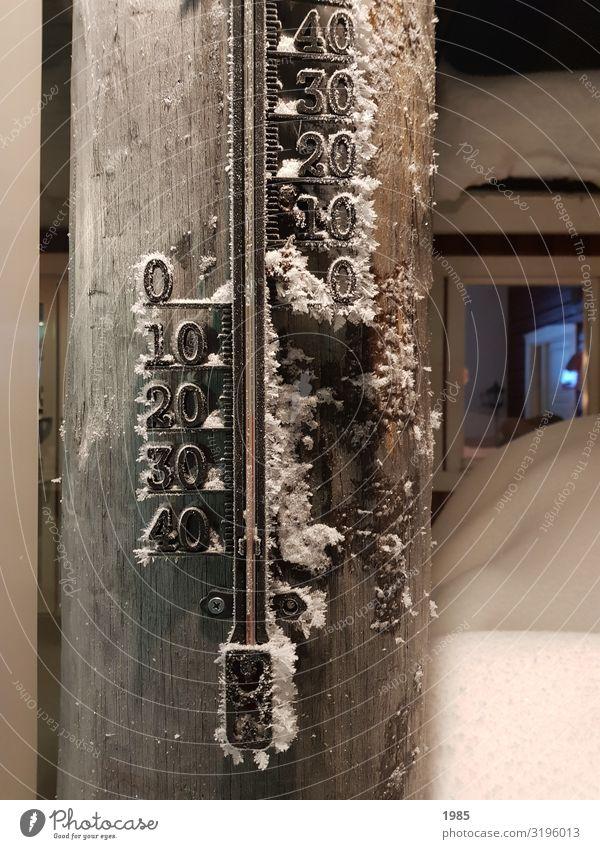Thermometer Ferien & Urlaub & Reisen Winter Schnee Winterurlaub Eis Frost Menschenleer Holz frieren kalt braun Schweden Lappland -28°C Farbfoto mehrfarbig