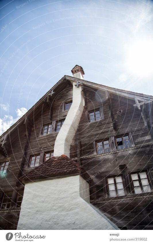 rustikal Haus Einfamilienhaus Hütte Fassade Kamin Fenster Sehenswürdigkeit alt historisch Farbfoto Außenaufnahme Menschenleer Tag Froschperspektive