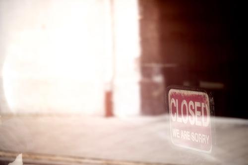 Closed / geschlossen Gebäude trist braun rot leer Schaufenster Schilder & Markierungen Gedeckte Farben Außenaufnahme Menschenleer Textfreiraum links