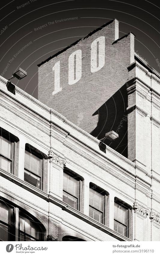 100 - und noch obenauf! Stadt Haus Fenster Architektur Graffiti Wand Senior Gebäude Mauer Stein Fassade Hochhaus Wandel & Veränderung Vergangenheit Zeichen Turm