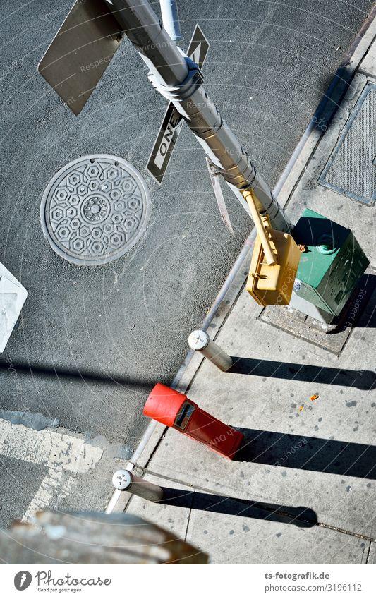 Vier dünne Kerle, die an der Straße warten New York City Verkehr Verkehrswege Personenverkehr Straßenverkehr Autofahren Fußgänger Wege & Pfade Ampel