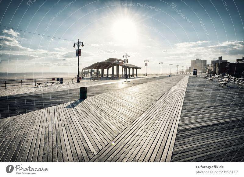 Coney Island Boardwalk Horizont Schönes Wetter Küste Strand New York City USA Stadt Stadtrand Skyline Menschenleer Haus Bauwerk Sehenswürdigkeit Wahrzeichen