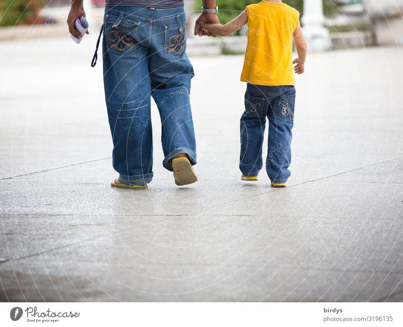 Vater und Sohn Lifestyle maskulin Kind Junge Erwachsene Kindheit 2 Mensch 3-8 Jahre 18-30 Jahre Jugendliche 30-45 Jahre Sommer Stadt Jeanshose gehen authentisch