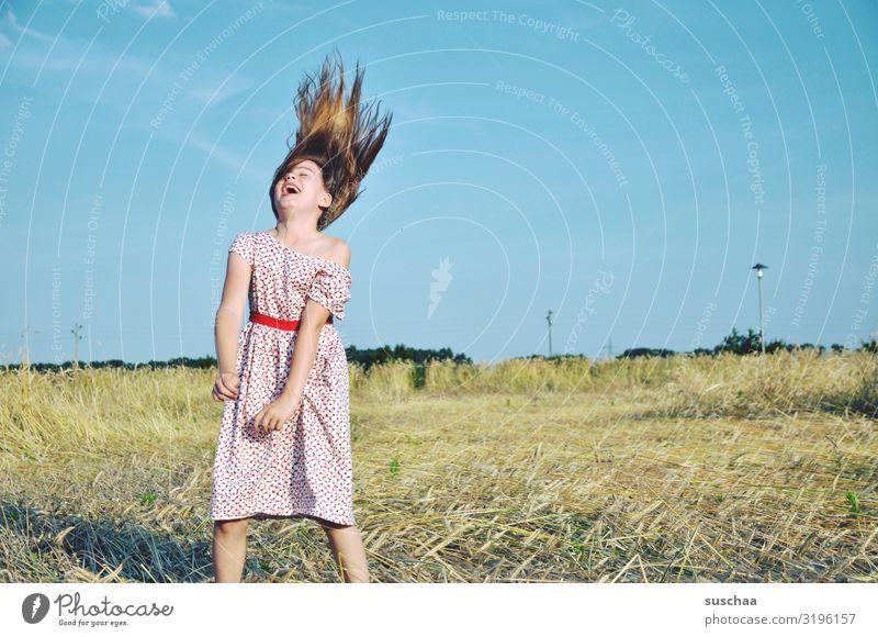 sommerlaune Kind Mädchen junges Mädchen Haare & Frisuren Kindheit wild verrückt lachen Freude Lebensfreude Glück Sommer Sonnenschein Strohfeld Stoppelfeld Feld