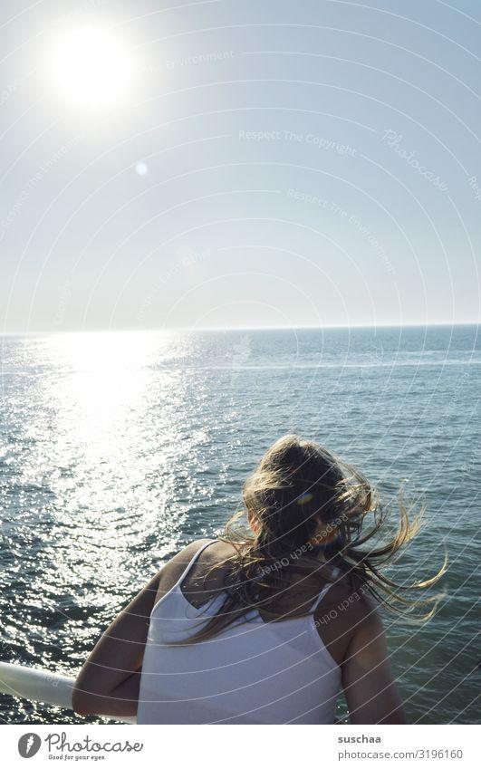 mädchen auf einer fähre Mädchen Jugendliche Teenager Haare von hinten Meer Wasser Überfahrt Fähre Geländer Himmel Sonne Sonnenlicht Sommer Sommerferien