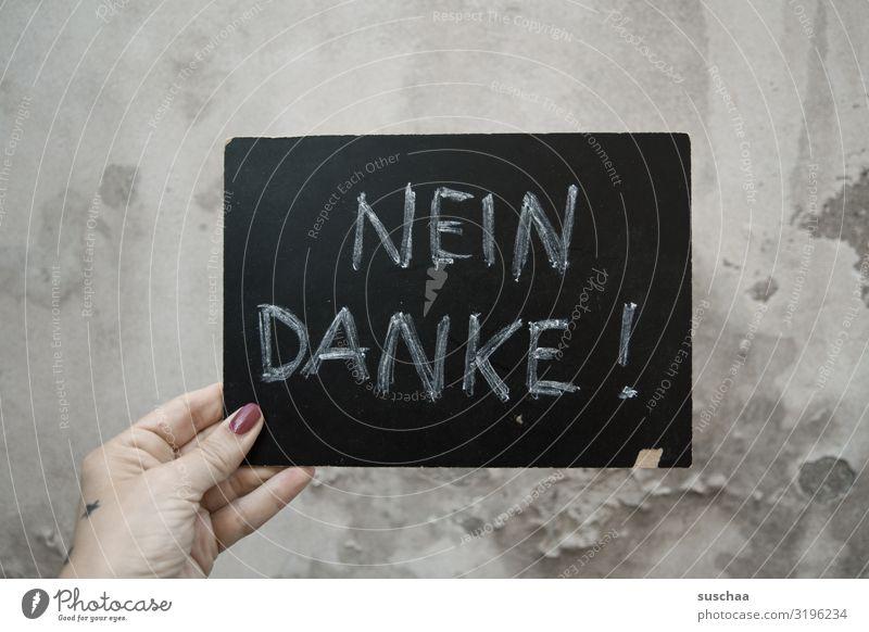 geschriebenes | klare ansage Mensch Frau weiblich Hand Finger festhalten Tafel Kreide Schrift Text Wort Buchstaben Großbuchstabe Ablehnung nein danke schön Halt