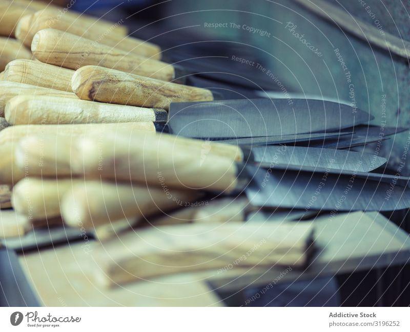 Messer mit Holzgriff und Stahlklinge Schmiede Werkstatt handhaben Kufe Tradition Hufschmied Hammerschmiede Handwerk alt Fähigkeit schwer Metallbearbeitung