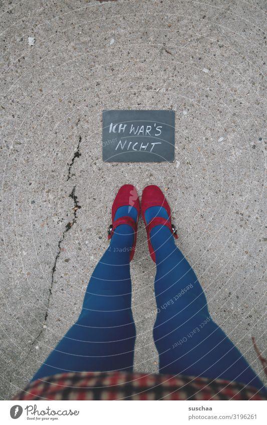 hautsache | ich war's nicht Frau Beine lange Beine weiblich dünn Damenschuhe Füße stehen Minirock Straße Asphalt Riss Tafel Handschrift Information Mitteilung