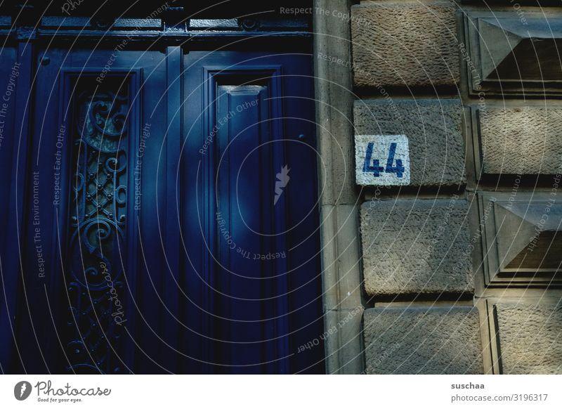 44 Stadt Haus Wohnung Gebäude Fassade Wand Eingangstür Stadtleben Altbau Häusliches Leben Wohnungsnot restauriert Sanieren Hausnummer Adresse Ziffern & Zahlen
