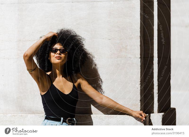 Fröhliche afroamerikanische Frau in dunkler Sonnenbrille Stil trendy modisch Haare & Frisuren Afro-Look Freizeit & Hobby Jugendliche urwüchsig Afroamerikaner