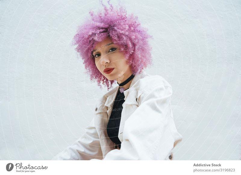 Stylische Frau mit rosa Haaren, die auf die Kamera schaut. attraktiv trendy Stil Mode Model selbstbewußt Jugendliche Ausdruck Freiheit Lifestyle lässig modern
