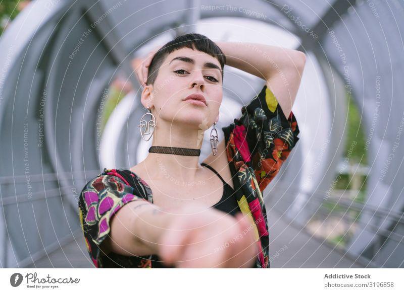 Frau im bunten Hemd posierend Blick in die Kamera Porträt offen attraktiv Vertrauen Körperhaltung trendy zugänglich Stil Beitritt Mode Model selbstbewußt