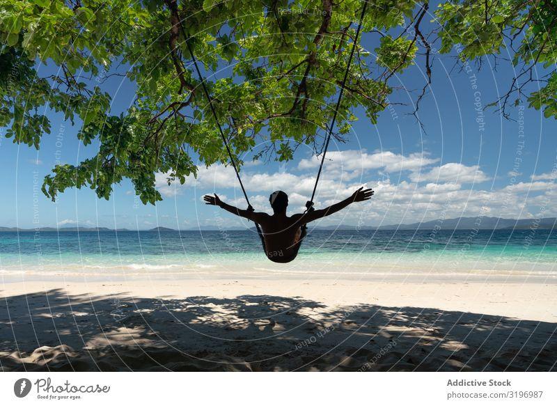 Touristische Entspannung auf einer wunderschönen tropischen Insel Erholung Schaukel aussruhen Sand