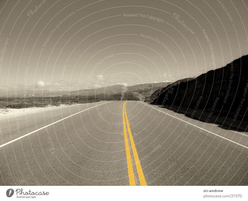 Highway No. 1 Einsamkeit Straße Berge u. Gebirge leer Menschenleer Ziel Wüste Unendlichkeit Autobahn Amerika Kalifornien Fahrbahn Monochrom geradeaus Fahrbahnmarkierung Mittelstreifen