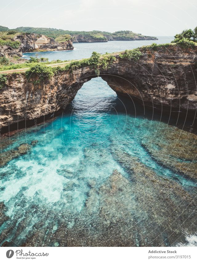 Erstaunliche blaue Lagune mit Felsbogen. Klippe Bogen Landschaft türkis Bali Formation tropisch natürlich Ferien & Urlaub & Reisen Natur Wasser Seeküste Bucht