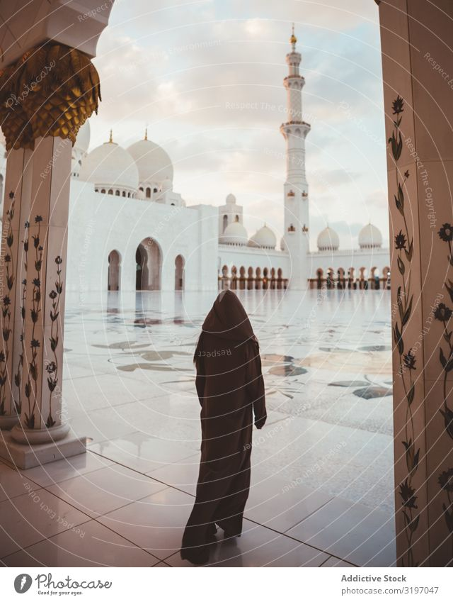 Anonyme muslimische Frau auf dem Platz der schönen Moschee Moslem Dubai islamisch Hijab Gebet Morgen Religion & Glaube geistig heilig Tradition Gottesdienst
