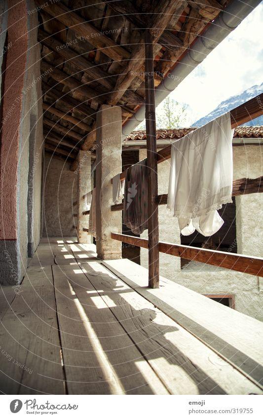 Wäschetrocknen retro alt Haus Wand Mauer natürlich Geländer Hütte nachhaltig Tuch altmodisch Baumwolle Einfamilienhaus old-school
