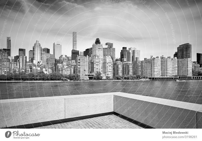Manhattan Skyline von Roosevelt Island, New York. elegant Stil Design Häusliches Leben Wohnung Haus Himmel Fluss Stadt Hochhaus Gebäude Architektur schwarz weiß
