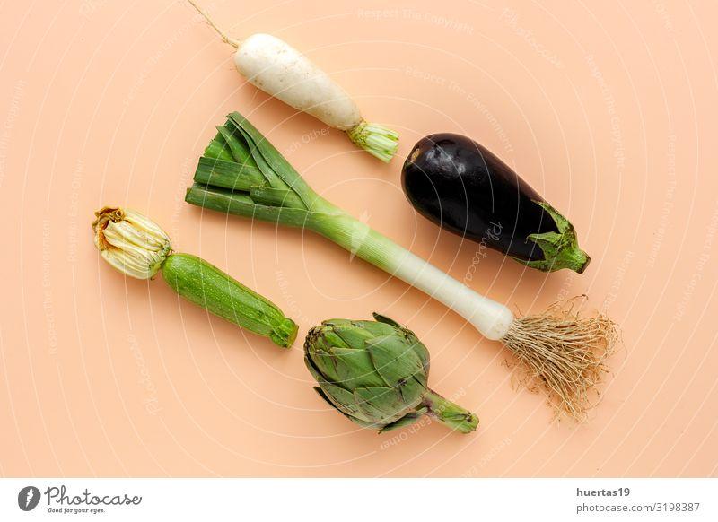 Komposition aus frischem Gemüse mit Knollen auf weißem Hintergrund Lebensmittel Milcherzeugnisse Salat Salatbeilage Ernährung Vegetarische Ernährung Diät