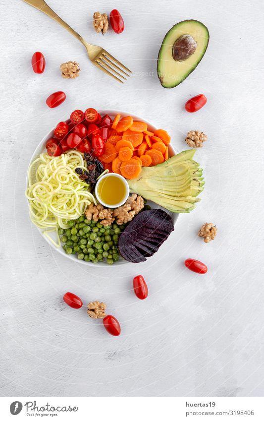 Roher veganer Salat mit verschiedenen Gemüsesorten Lebensmittel Milcherzeugnisse Salatbeilage Ernährung Mittagessen Abendessen Vegetarische Ernährung Diät