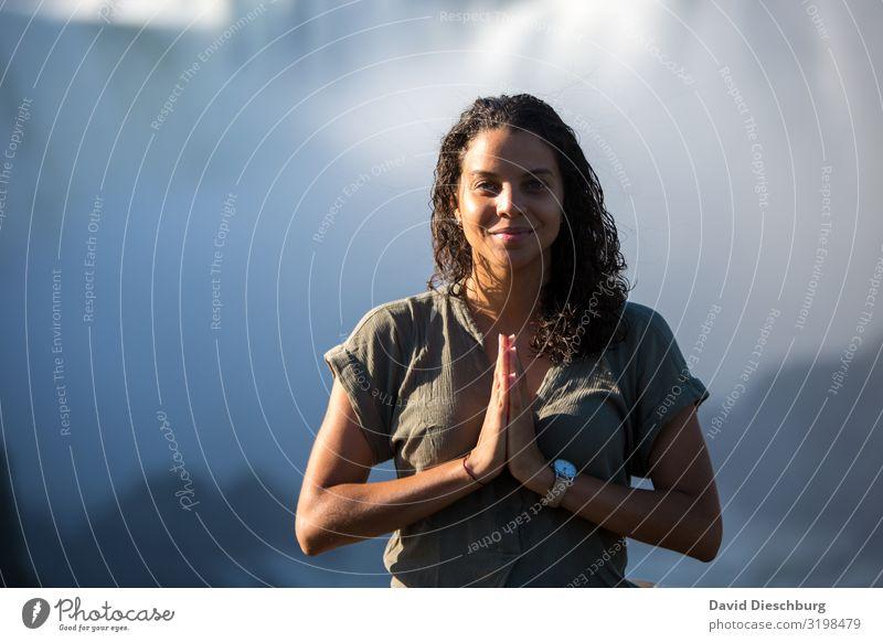 In sich ruhen Gesundheit Wellness Meditation Ferien & Urlaub & Reisen Ferne feminin 1 Mensch Natur Landschaft Schönes Wetter Wasserfall Stress Energie Erholung