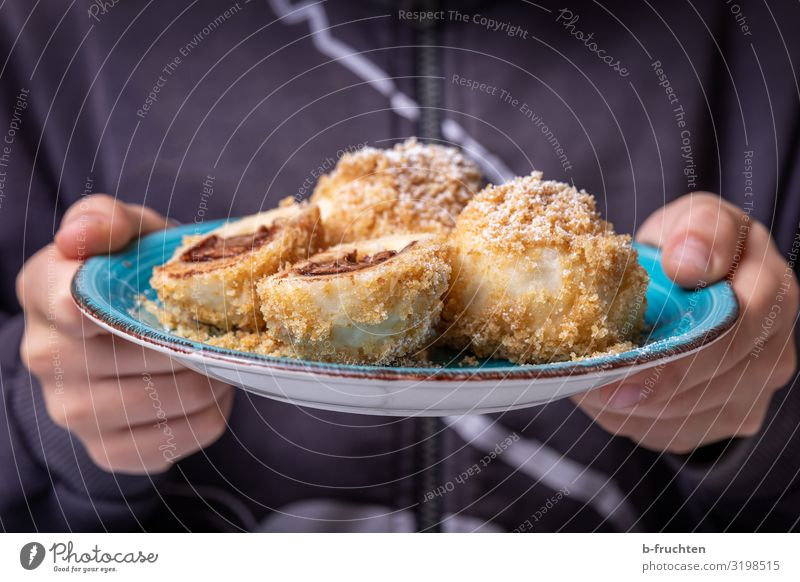 leckere Schokoladeknödeln Lebensmittel Teigwaren Backwaren Dessert Ernährung Essen Geschirr Teller Küche Kind Hand Finger 1 Mensch gebrauchen festhalten