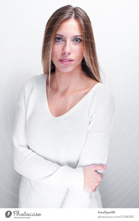 Schüchterne Frau, die die Kamera auf weißem Hintergrund betrachtet. Freude Glück schön Gesicht Mensch Junge Frau Jugendliche Erwachsene 1 18-30 Jahre Pullover