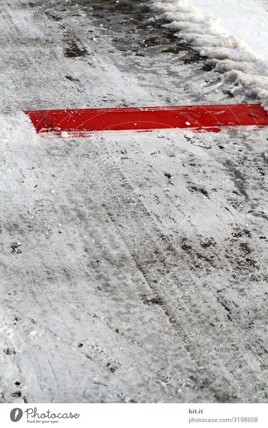 Stoppstreifen auf verschneiter Fahrbahn Umwelt Natur Winter Eis Frost Schnee Schneefall Verkehr Verkehrswege Autofahren Fahrradfahren Verkehrsunfall Straße