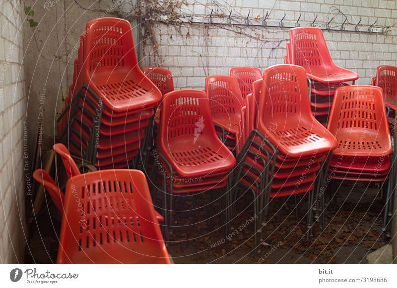 Saisonende Umwelt Herbst Umzug (Wohnungswechsel) Vergänglichkeit Stuhl Möbel Farbfoto Außenaufnahme Tag Sozialkontakt Menschen Furcht Angst Abstand Stadtfest