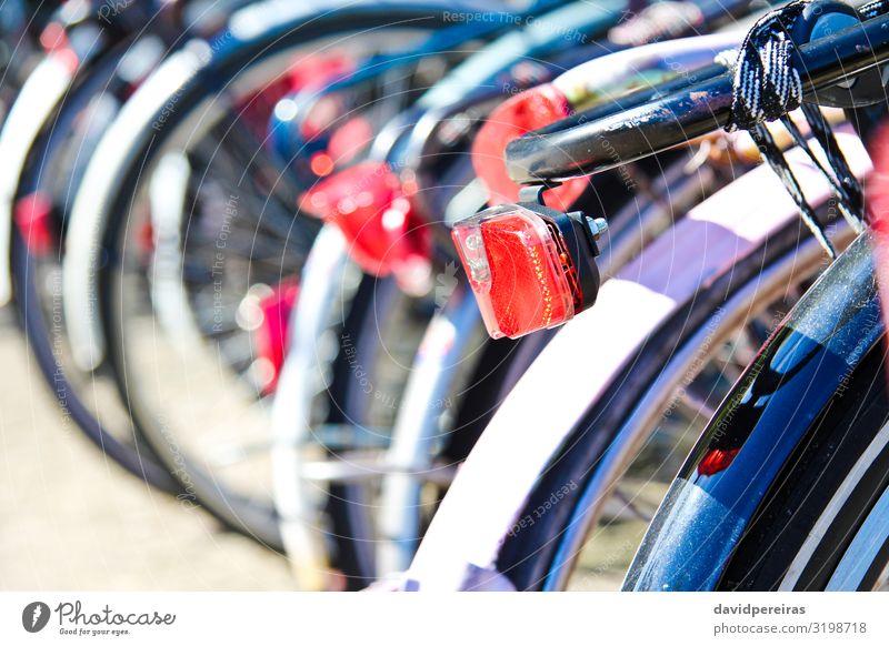 Fahrräder im Zentrum von Amsterdam geparkt Lifestyle Leben Ferien & Urlaub & Reisen Tourismus Sport Kultur Verkehr Straße Fahrzeug Metall alt schwarz Tradition
