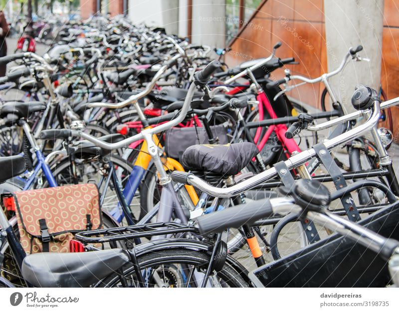 Detail der auf der Straße geparkten Fahrräder Lifestyle schön Leben Freizeit & Hobby Ferien & Urlaub & Reisen Sport Kultur Verkehr Fahrzeug Metall Stahl alt
