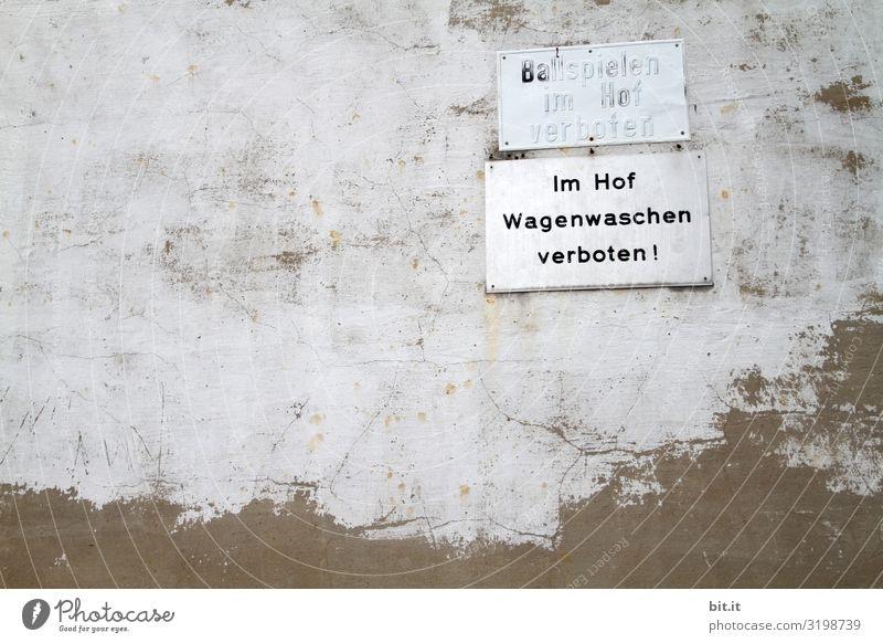 Ziemlich alles verboten. Mauer Wand Fassade Schriftzeichen Schilder & Markierungen Hinweisschild Warnschild Verbote Autowäsche Ball Zwang Hinterhof Hof Farbfoto