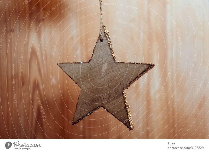 Ein sternförmiger Christbaum Anhänger aus Holz mit gold glitzerndem Rand Weihnachten & Advent schön Weihnachtsdekoration Baumschmuck anhänger Stern (Symbol)