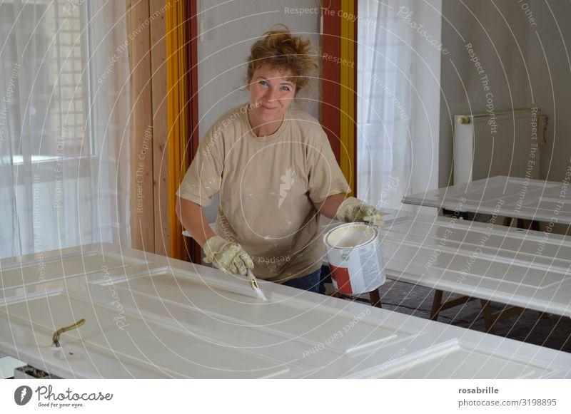 blonde Frau lackiert sorgfältig alte Türblätter mit weißem Lack - do it yourself Freude Freizeit & Hobby Wohnung Renovieren Arbeit & Erwerbstätigkeit Handwerker