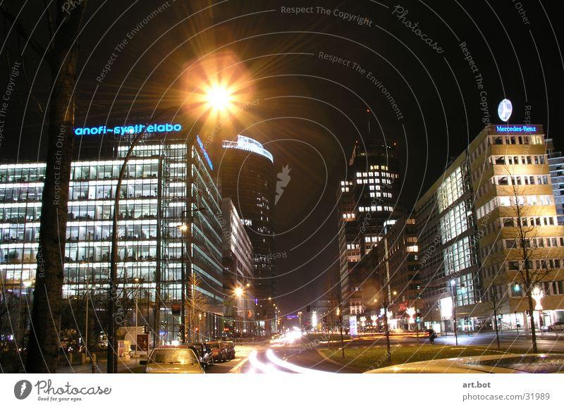 Berlin macht Platz für Potsdam Potsdamer Platz Nacht Verkehr Langzeitbelichtung Hochhaus Architektur Skyline