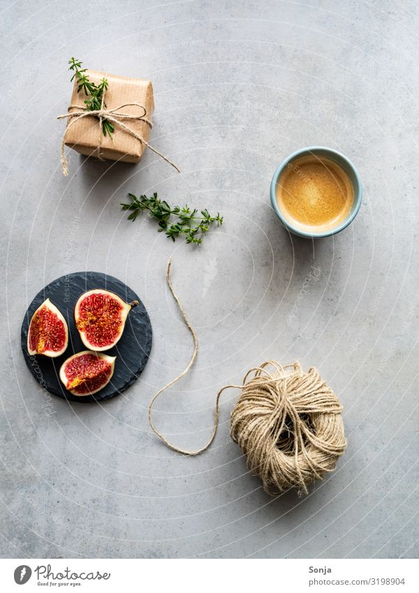 Frische Feigen mit einer Tasse Kaffee und Geschenk Lebensmittel Frucht Kaffeetrinken Getränk Heißgetränk Teller Lifestyle Muttertag Weihnachten & Advent