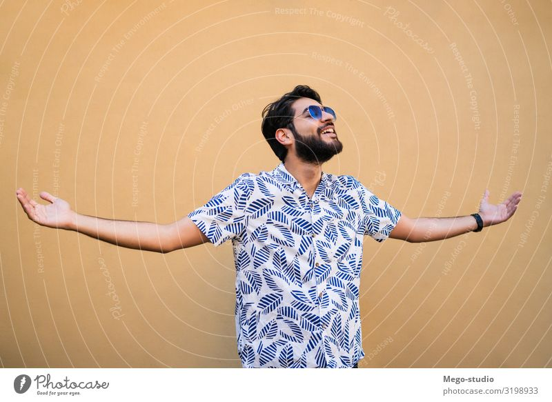 Mensch Ferien & Urlaub & Reisen Mann Sommer schön Erholung Freude Lifestyle Erwachsene gelb natürlich Glück Stil Junge frisch Lächeln