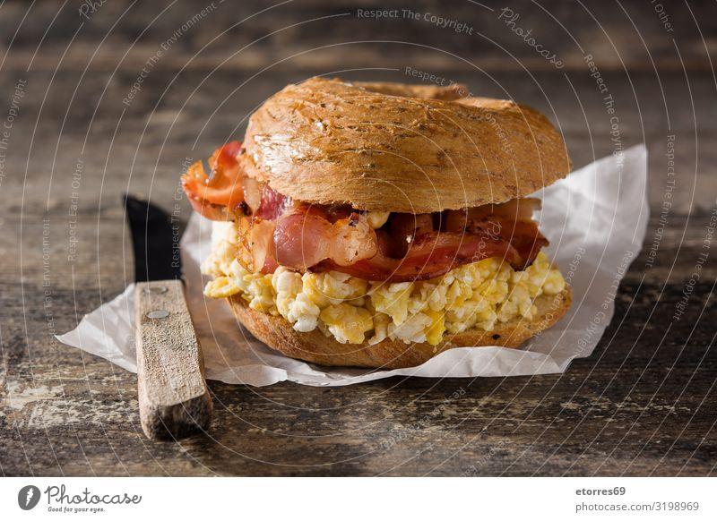 Bagel-Sandwich mit Speckplatte, Ei und Käse Belegtes Brot Platte Snack Fastfood lecker Lebensmittel Gesunde Ernährung Foodfotografie Mittagessen Sesam Teigwaren