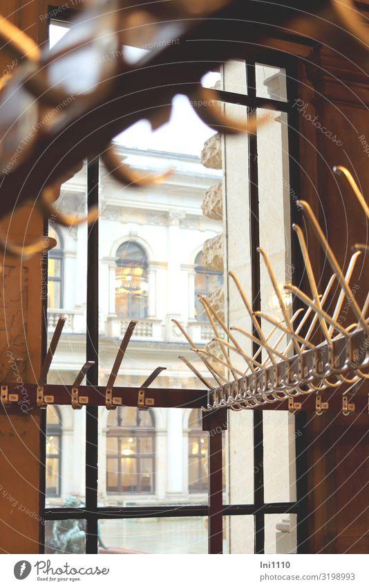 Garderobe | UT Hamburg Hafenstadt Holz Metall braun gold grau schwarz weiß Kleiderhaken ausdruckslos klein groß Ordnungsliebe Messing Haken aufhängen